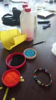 Ny armbandsmodell . De små plastbitarna skärs ut från den gula plastburken.